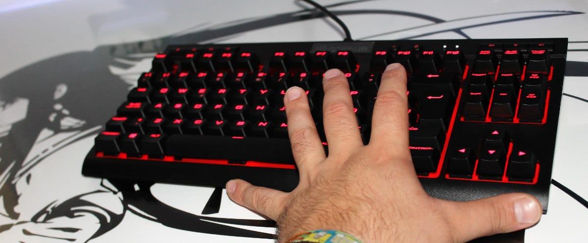 Corsair k63 teclado mano