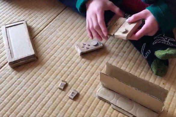 Niño japones switch de cartón