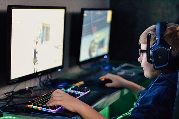 Niño jugando Gaming PC