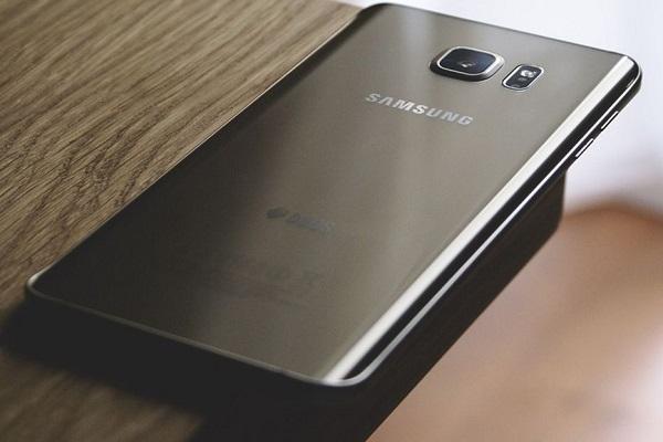 teléfono Samsung con una cámara